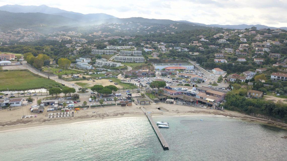 Vue aérienne de la station balnéaire de Porticcio et le ponton de la navette maritime qui relie le coeur de la ville d'Ajaccio à Porticcio